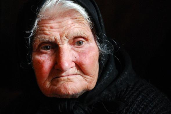 Imagini pentru poze cu bătrâni